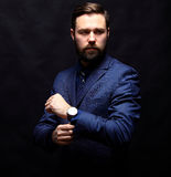 Δροσερός επιχειρηματίας που στέκεται στο σκοτεινό υπόβαθρο κλίσης Στοκ Φωτογραφία