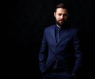 Δροσερός επιχειρηματίας που στέκεται στο σκοτεινό υπόβαθρο κλίσης Στοκ Εικόνες