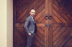 Δροσερός επιχειρηματίας υπαίθριος Στοκ φωτογραφία με δικαίωμα ελεύθερης χρήσης