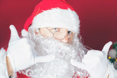 Δροσερός και αστείος Άγιος Βασίλης στο χρόνο Χριστουγέννων Στοκ Εικόνα