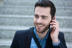 Δροσερός νεαρός άνδρας με το κινητό τηλέφωνο Στοκ φωτογραφία με δικαίωμα ελεύθερης χρήσης