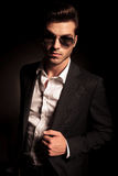 Δροσερός νεαρός άνδρας στο κοστούμι και τα γυαλιά ηλίου Στοκ Φωτογραφία