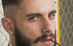 Δροσερός πρότυπος υπαίθριος τύπων μόδας Στοκ φωτογραφίες με δικαίωμα ελεύθερης χρήσης