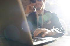 Δροσερός σύγχρονος επιχειρηματίας που εργάζεται στον ήλιο Στοκ φωτογραφία με δικαίωμα ελεύθερης χρήσης