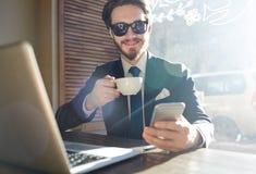 Δροσερός σύγχρονος επιχειρηματίας που εργάζεται στον καφέ Στοκ εικόνα με δικαίωμα ελεύθερης χρήσης