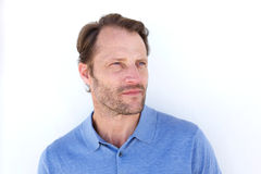 Δροσερός τύπος με τη σοβαρή έκφραση προσώπου που κοιτάζει μακριά Στοκ φωτογραφία με δικαίωμα ελεύθερης χρήσης