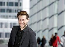 Δροσερός τύπος που χαμογελά στο μαύρο επιχειρησιακό κοστούμι Στοκ φωτογραφίες με δικαίωμα ελεύθερης χρήσης