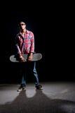 δροσερός dude που θέτει skateboarder στοκ εικόνα