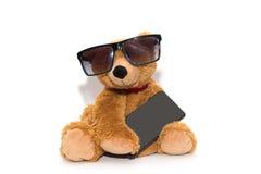 Δροσερός teddy αντέχει στα γυαλιά ηλίου με το τηλέφωνο που απομονώνεται Στοκ εικόνες με δικαίωμα ελεύθερης χρήσης