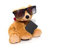 Δροσερός teddy αντέχει στα γυαλιά ηλίου με το τηλέφωνο που απομονώνεται Στοκ φωτογραφία με δικαίωμα ελεύθερης χρήσης