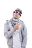 Δροσερό άτομο στην γκρίζα μπλούζα που φορά τα γυαλιά ηλίου και την ΚΑΠ με το σημάδι στοκ φωτογραφία