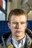 Δροσερό αγόρι με την κόκκινη τρίχα σε ένα τραίνο Στοκ εικόνα με δικαίωμα ελεύθερης χρήσης