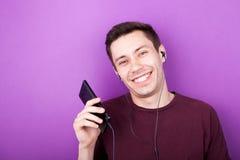 Δροσερό αγόρι που ακούει τη μουσική στο smartphone Στοκ φωτογραφία με δικαίωμα ελεύθερης χρήσης