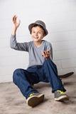 Δροσερό αγόρι που κυματίζει γειά σου! Στοκ εικόνες με δικαίωμα ελεύθερης χρήσης