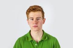 Δροσερό αγόρι στο πράσινο πουκάμισο με το κόκκινο Στοκ φωτογραφίες με δικαίωμα ελεύθερης χρήσης
