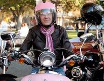 δροσερό θηλυκό ποδηλατώ&n Στοκ Φωτογραφίες