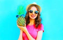 Δροσερό κορίτσι με τα γυαλιά ηλίου ανανά που φορούν το θερινό καπέλο που έχει τη διασκέδαση Στοκ εικόνα με δικαίωμα ελεύθερης χρήσης