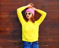 Δροσερό κορίτσι μόδας στα ζωηρόχρωμα ενδύματα πέρα από το ξύλινο υπόβαθρο Στοκ φωτογραφία με δικαίωμα ελεύθερης χρήσης
