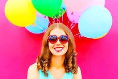 Δροσερό κορίτσι που έχει τη διασκέδαση πέρα από ένα ζωηρόχρωμο ροζ μπαλονιών αέρα Στοκ φωτογραφία με δικαίωμα ελεύθερης χρήσης