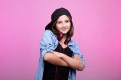 Δροσερό κορίτσι που φορά τα ακουστικά και ένα καπέλο Στοκ εικόνα με δικαίωμα ελεύθερης χρήσης