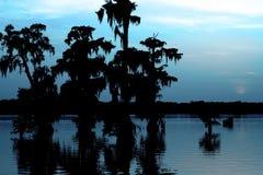 Δροσερό μπλε ηλιοβασίλεμα στη λίμνη Martin Λουιζιάνα στοκ εικόνα