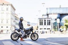 Δροσερό να φανεί αναβάτης μοτοσικλετών στον επί παραγγελία δρομέα καφέδων ύφους αναλογικών συσκευών κρυπτοφώνησης Στοκ Φωτογραφία