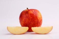 Δροσερό οργανικό φρέσκο κόκκινο μήλο που τεμαχίζεται στο άσπρο υπόβαθρο Στοκ Εικόνες