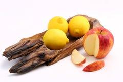 Δροσερό οργανικό φρέσκο κόκκινο μήλο που τεμαχίζονται και δροσερά λεμόνια στο κλασικό W Στοκ εικόνες με δικαίωμα ελεύθερης χρήσης