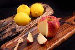 Δροσερό οργανικό φρέσκο κόκκινο μήλο στον ξύλινο δίσκο με το δίκρανο και το δροσερό λ Στοκ φωτογραφία με δικαίωμα ελεύθερης χρήσης