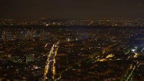 Δροσερό πανόραμα των φωτισμένων κτηρίων και του πύργου του Άιφελ στη νύχτα Παρίσι, Γαλλία απόθεμα βίντεο