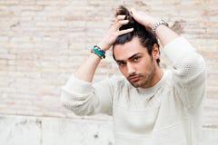 Δροσερό πρότυπο μόδας νεαρών άνδρων, hairstyle Παραδώστε την τρίχα Στοκ Φωτογραφία