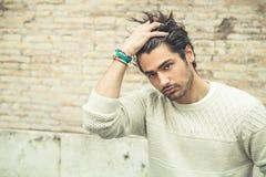 Δροσερό πρότυπο μόδας νεαρών άνδρων, hairstyle Παραδώστε την τρίχα Στοκ Εικόνα