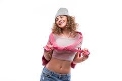 Δροσερό σγουρό κορίτσι στο καπέλο με τις διαφορετικές συγκινήσεις Στοκ φωτογραφίες με δικαίωμα ελεύθερης χρήσης