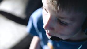 Δροσερό σχέδιο του προσώπου του παιδιού που παίζει ένα τηλεοπτικό παιχνίδι Συναισθηματικοί πυροβολισμοί απόθεμα βίντεο