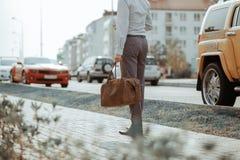 Δροσερό όμορφο πρότυπο ατόμων υπαίθρια, μόδα ύφους πόλεων Ένα όμορφο πρότυπο περπάτημα ατόμων στο κέντρο πόλεων δίπλα σε μερικά α Στοκ Εικόνες