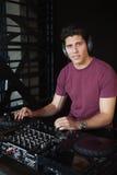 Δροσερό DJ που εργάζεται σε ένα υγιές γραφείο μίξης Στοκ εικόνα με δικαίωμα ελεύθερης χρήσης
