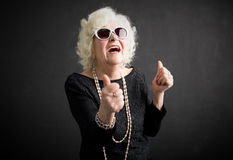 Δροσερό grandma με τους αντίχειρές της επάνω στοκ φωτογραφίες