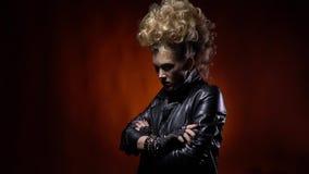 Δροσερό rocker κορίτσι στο σακάκι δέρματος, με το mohawk όπως το hairstyle, τοποθέτηση απόθεμα βίντεο