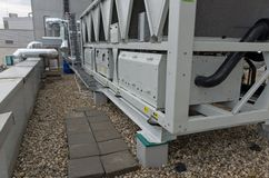 Δροσισμένες αέρας εγκαταστάσεις ψυγείων νερού με τις σωληνώσεις στοκ εικόνες με δικαίωμα ελεύθερης χρήσης