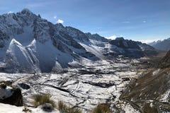 Δρόμοι τρεκλίσματος κατά μήκος των βουνών των Άνδεων στο Λα Παζ, Βολιβία Στοκ Εικόνες