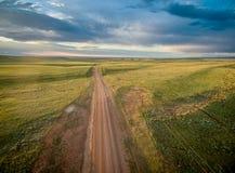 Δρόμος αγροκτημάτων πέρα από το λιβάδι του Ουαϊόμινγκ Στοκ φωτογραφία με δικαίωμα ελεύθερης χρήσης