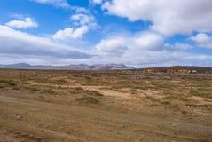 Δρόμος αμμοχάλικου μέσω της ερήμου Στοκ εικόνα με δικαίωμα ελεύθερης χρήσης
