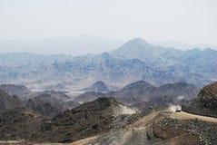 δρόμος ανατολικών μέσος βουνών στοκ εικόνα