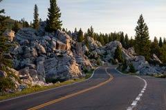 Δρόμος αν και οι βράχοι στοκ φωτογραφίες