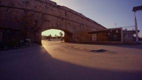 Δρόμος ασφάλτου κάτω από την αψίδα από τους τοίχους του μεσαιωνικού αρχαίου φρουρίου Famagusta απόθεμα βίντεο