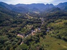 Δρόμος ασφάλτου και μικρό χωριό στην κοιλάδα με το υπόβαθρο βουνών στοκ φωτογραφίες με δικαίωμα ελεύθερης χρήσης