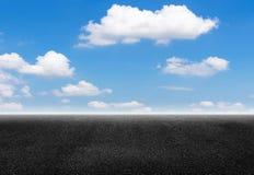 Δρόμος ασφάλτου και ουρανός Στοκ Φωτογραφία