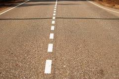 Δρόμος ασφάλτου με τα άσπρα σημάδια στοκ φωτογραφίες