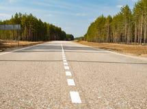 Δρόμος ασφάλτου με τα άσπρα σημάδια στοκ φωτογραφία με δικαίωμα ελεύθερης χρήσης
