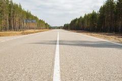 Δρόμος ασφάλτου με τα άσπρα σημάδια στοκ εικόνες με δικαίωμα ελεύθερης χρήσης
